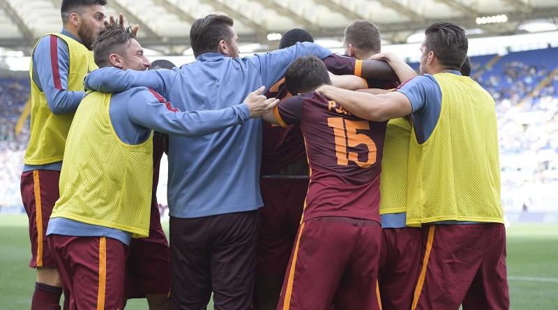 L'esultanza dei giocatori giallorossi al gol di Florenzi