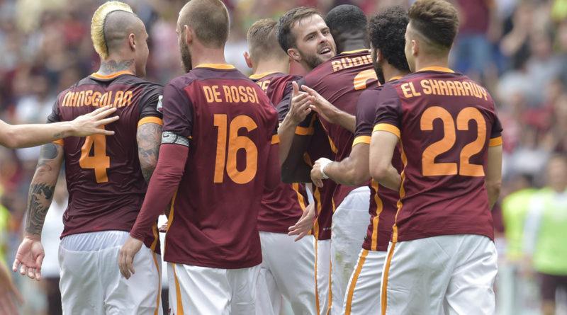 L'esultanza dei giocatori della Roma al gol di Pjanic