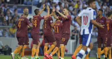 I giocatori della Roma esultano dopo il gol del momentaneo vantaggio