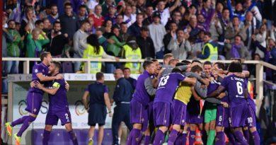 L'esultanza di giocatori della Fiorentina al gol di Badelj