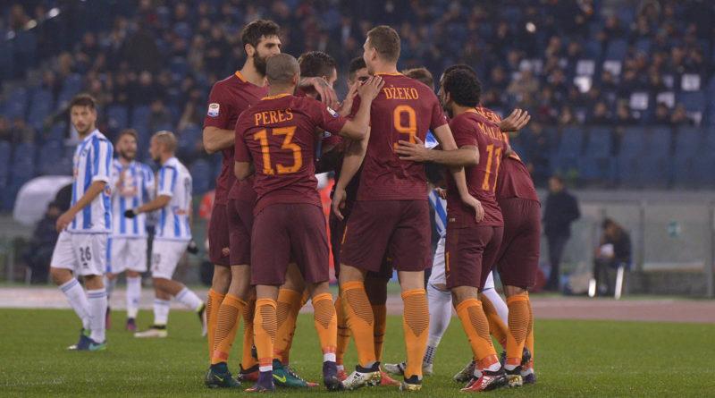 L'esultanza dei giocatori giallorossi al secondo gol di Dzeko